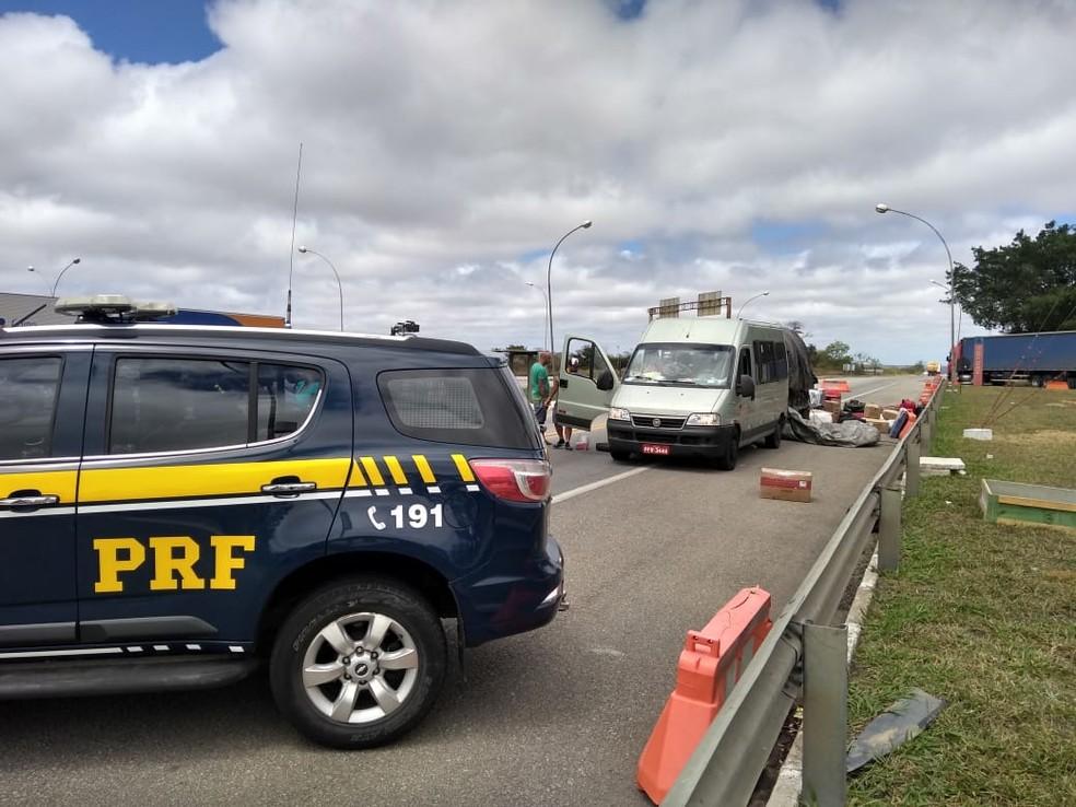 Van fazia transporte ilegal de pessoas de São Paulo para Sergipe — Foto: Divulgação/PRF