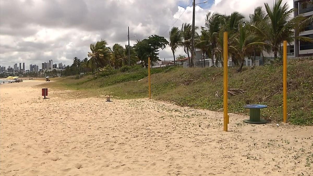 Quadra de vôlei e poço instalados em área de proteção ambiental são removidos de praia de João Pessoa