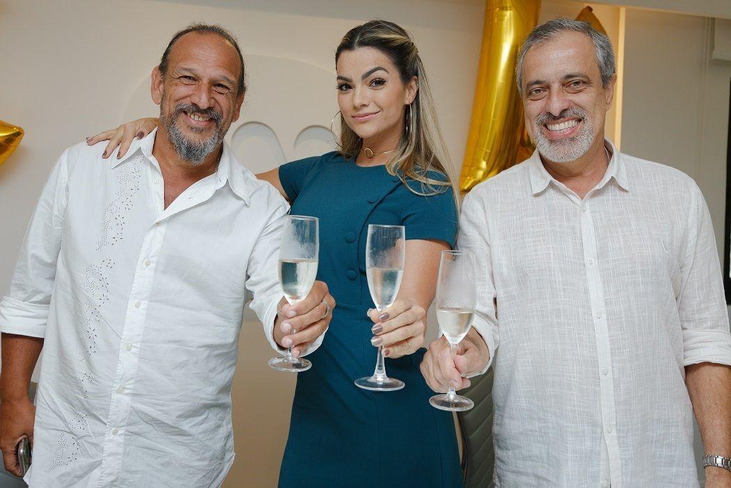 Da esquerda para a direita: Wagner Viana, A&R Warner Music Braisl, Kelly Key e Sergio Affonso, presidente Warner Music Brasil (Foto: Divulgação/ Karyme França)