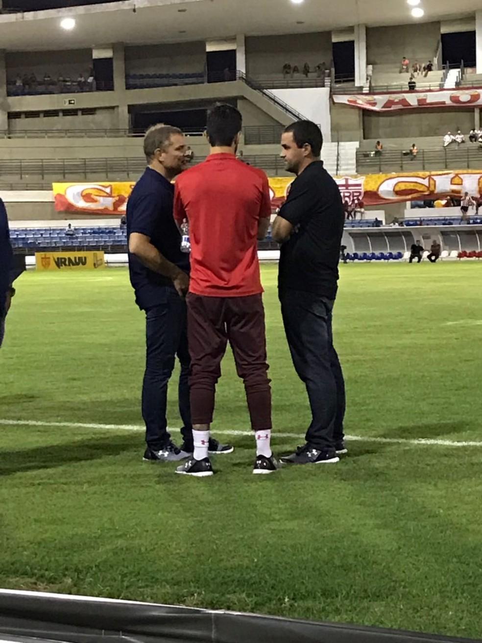 Aguirre e Jardine conversam no gramado (Foto: André Hernan)