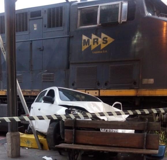 Carro é atingido por trem no Centro de Barra Mansa