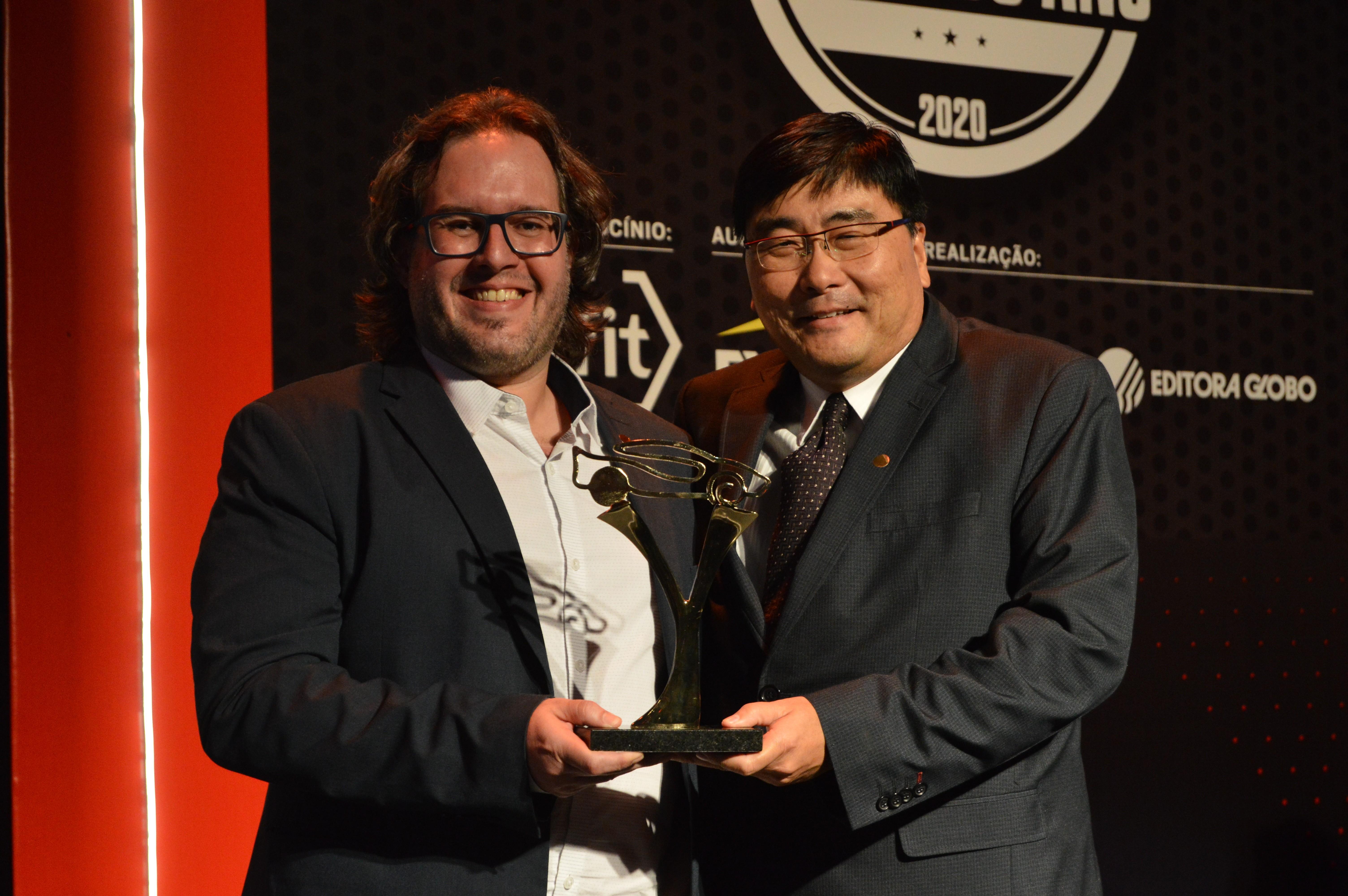 Celso Simomura (à direita), da Toyota, recebe o prêmio (Foto: André Schaun)