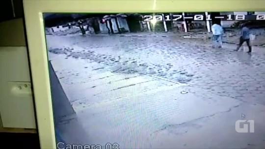Três criminosos fogem juntos em motocicleta após assaltar banco