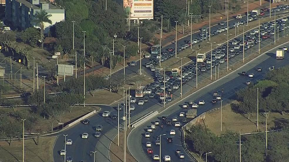 EPTG com fluxo de carros intenso em dia de volta às aulas (Foto: Reprodução/TV Globo)
