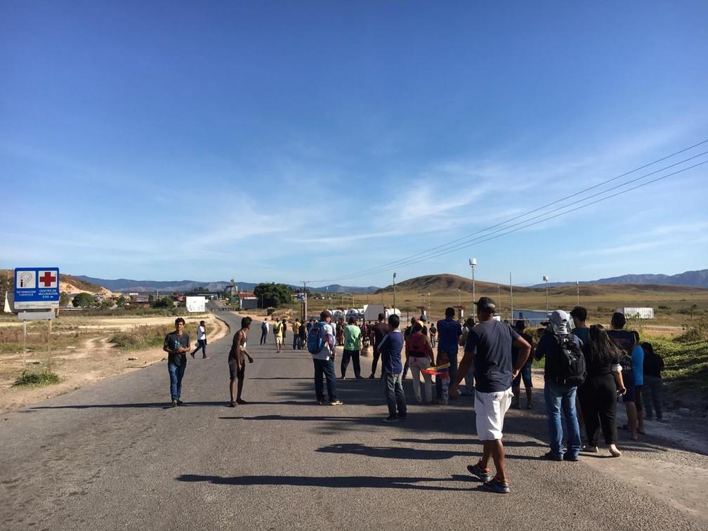 Venezuelanos aguardam chegada de ajuda humanitária na fronteira entre Brasil e Venezuela — Foto: Emily Costa/G1 Roraima