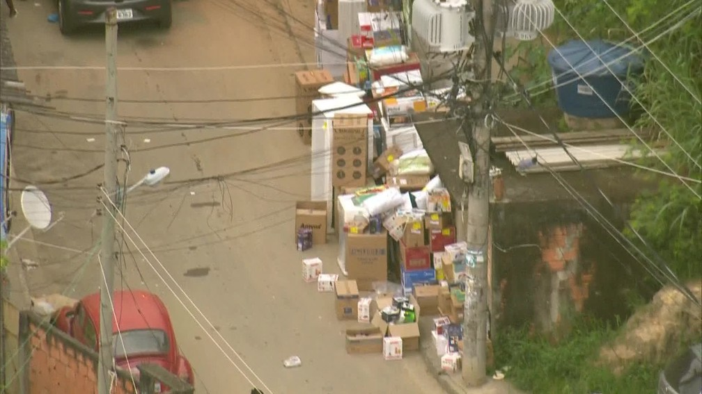 Rua na comunidade Camarista Méier acumulam produtos no meio da rua (Foto: Reprodução/ TV Globo)