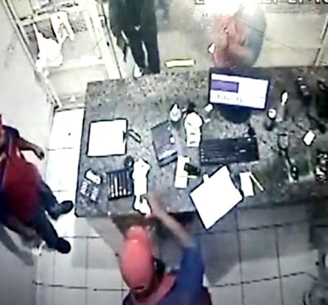 Homem armado assalta posto de combustíveis em Marília; vídeo