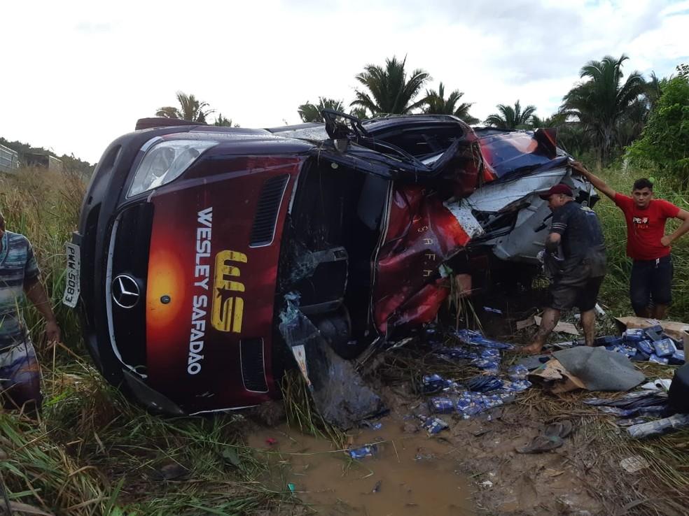 Van do cantor Wesley Safadão tomba na BR-316 no Maranhão — Foto: Divulgação/Polícia Rodoviária Federal do Maranhão (PRF-MA)