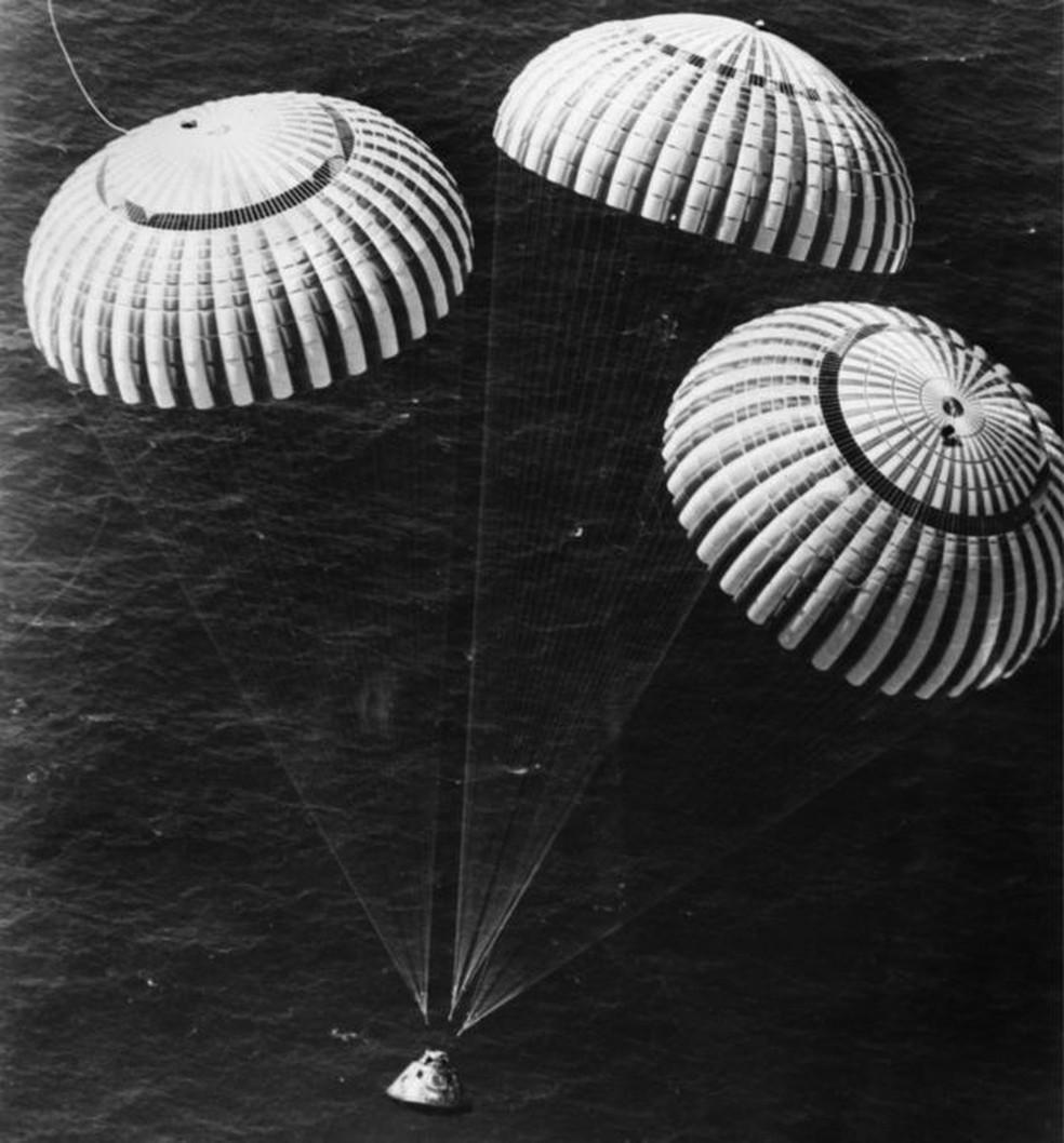 Charles Duke pousou no Oceano Pacífico com mais dois colegas ao retornar da missão Apollo 16, em 1972 (Foto: NASA)