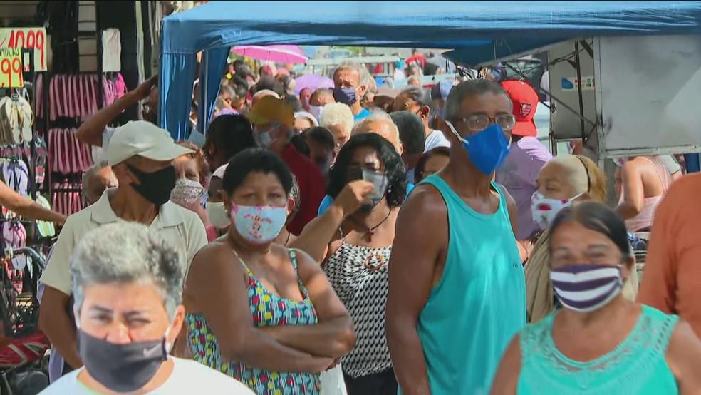 Moradores de Duque de Caxias formam longas filas em busca de vacinação na terça-feira (20) — Foto: Reprodução/ GloboNews