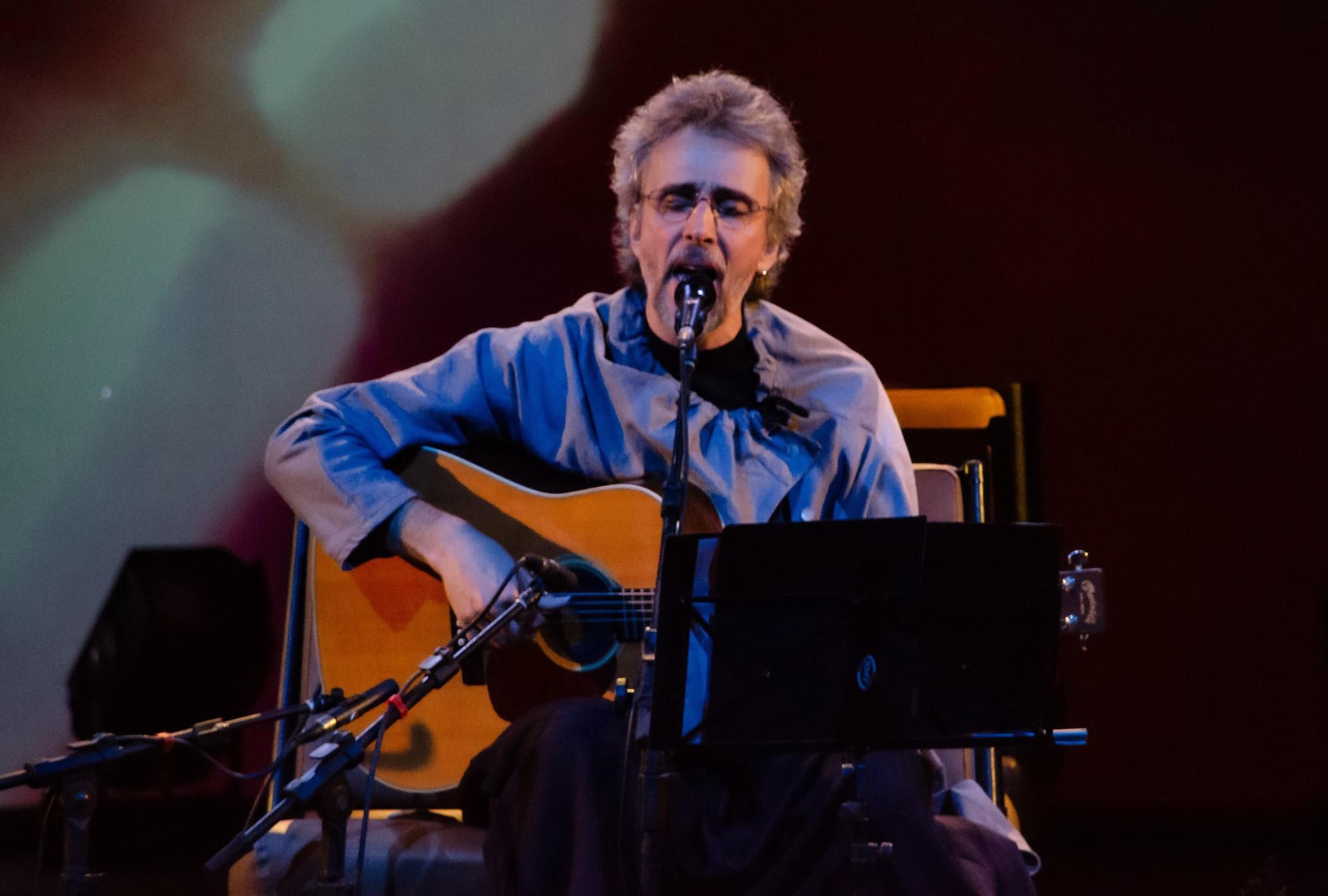 Vitor Ramil pavimenta 'Avenida Angélica' com gravação ao vivo de álbum de voz e violão