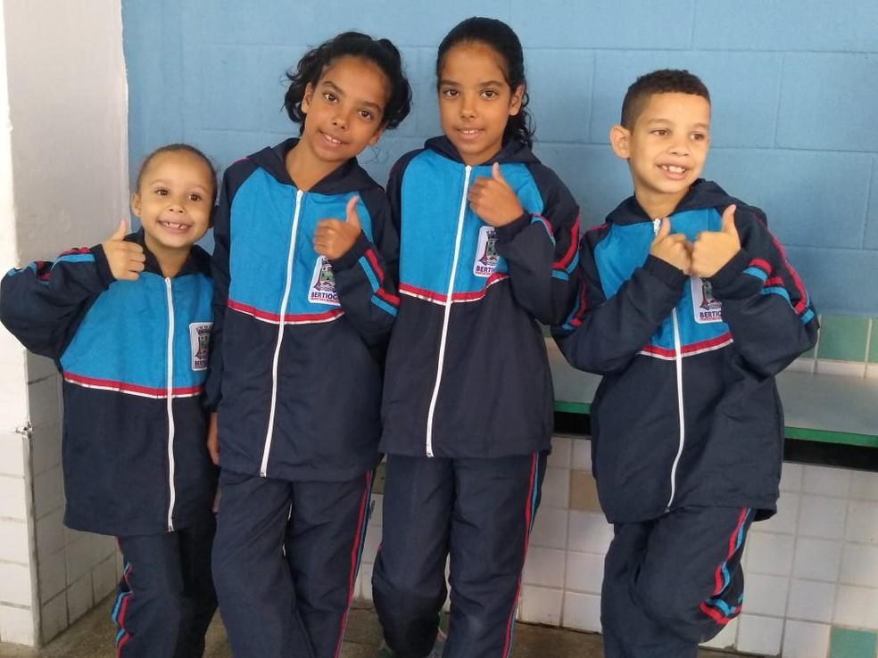 caa3bff4a2 ... em Blusas com capuz e calça comprida compõem o kit de uniforme escolar  de inverno, em