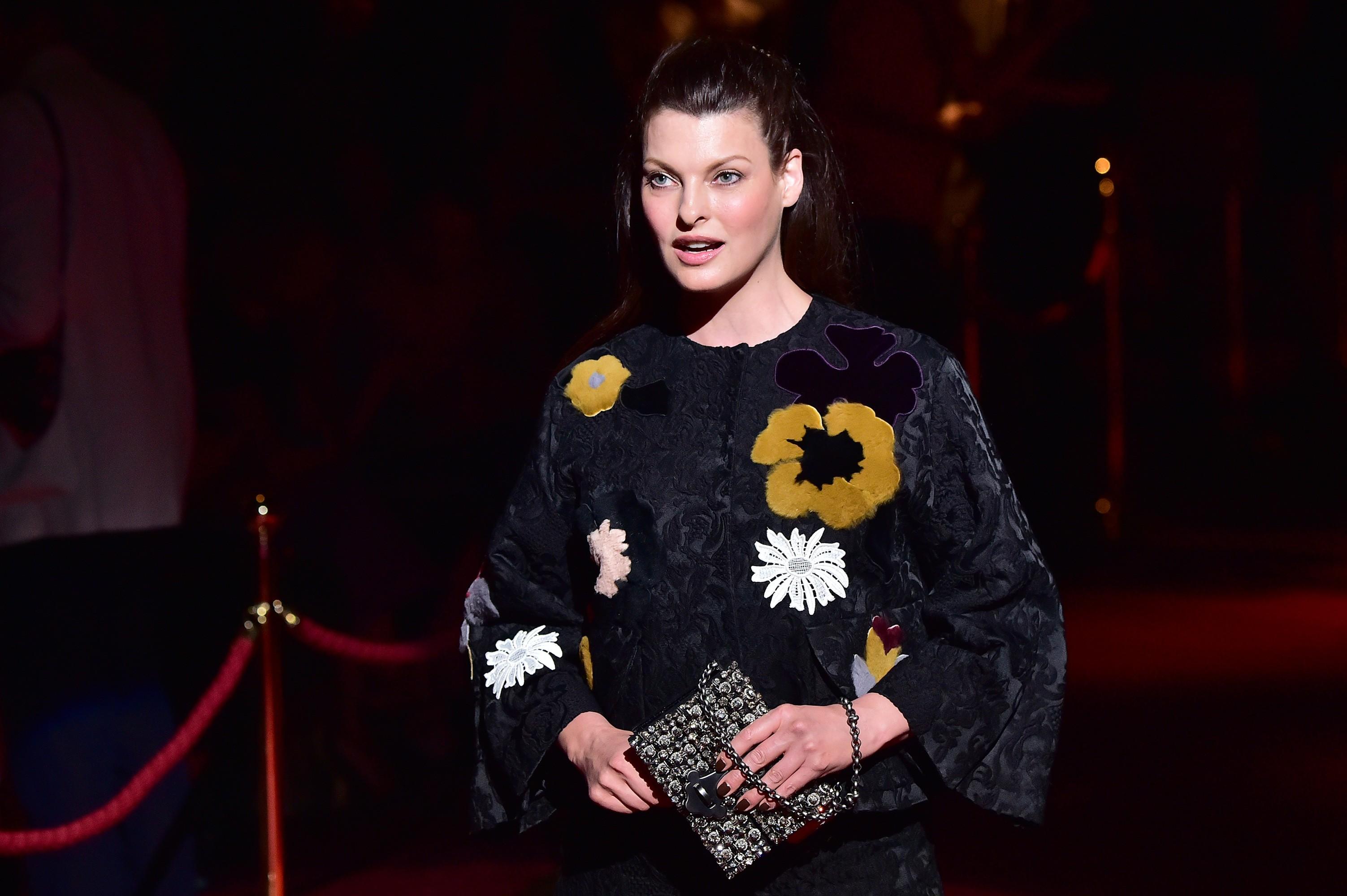 Ex-modelo Linda Evangelista diz que procedimento estético a deixou 'deformada'