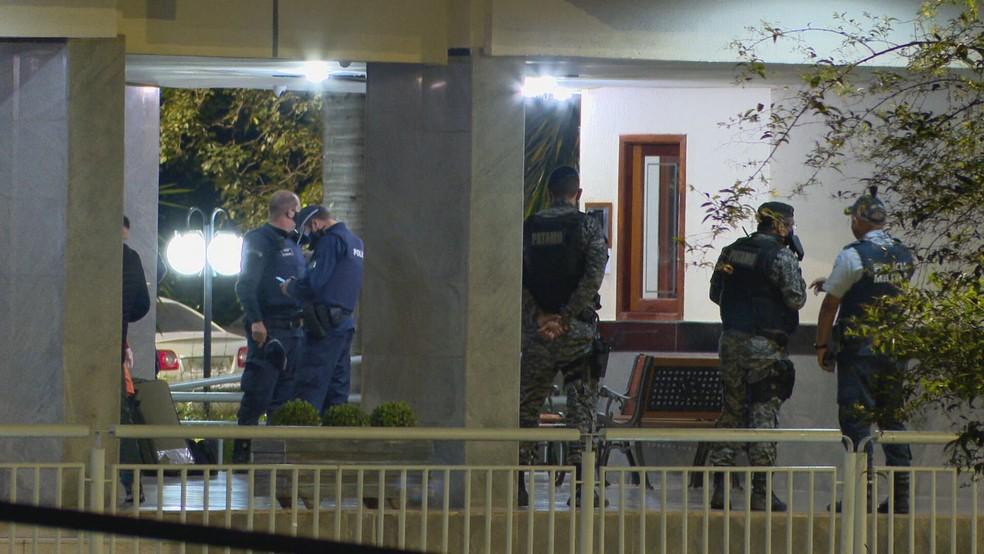 Policiais acompanham negociação com homem que fez esposa de refém dentro de casa — Foto: TV Globo/Reprodução