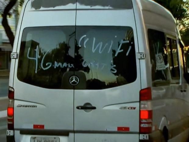 Van pirata oferece wifi grátis para passageiros durante greve de ônibus no DF (Foto: TV Globo/Reprodução)