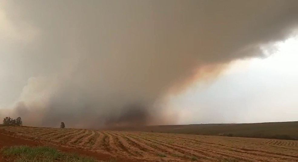 Tempestade de areia em formação na região rural de Mineiros do Tietê — Foto: Fernando Savioli/TV TEM