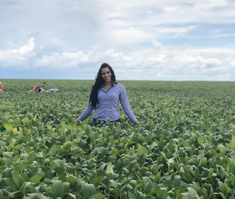 Elana Valenaria trabalhava em campo como engenheira agrônoma antes dos realities, após faculdade — Foto: Arquivo Pessoal