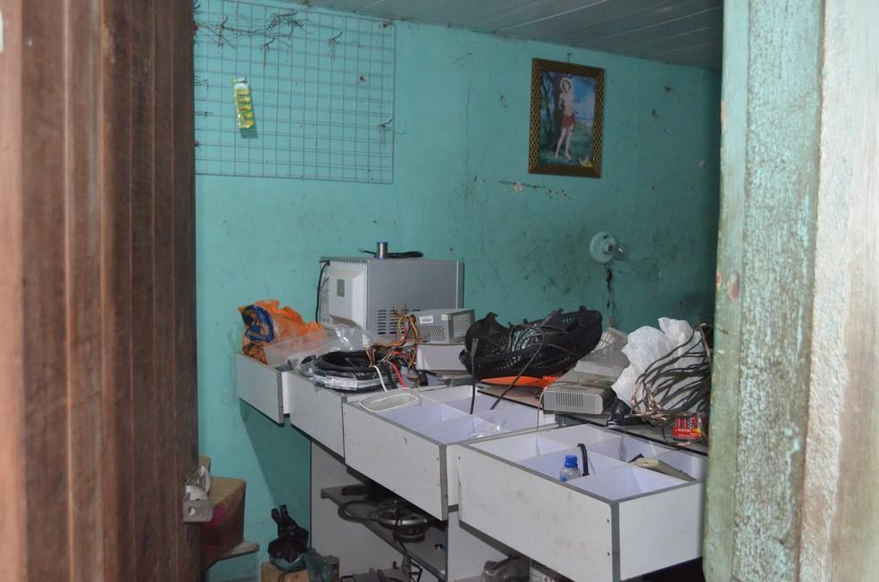 Sandro Alves tem um quarto reservado só para colocar os materiais que irão ser utilizados nas novas invenções, em Alagoa Nova, no Agreste da PB — Foto: Érica Ribeiro/G1