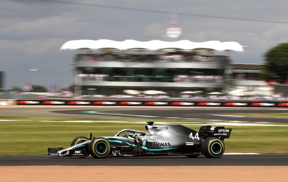 Lewis Hamilton acelera Mercedes na corrida de Silverstone, em 2019 — Foto: Getty Images