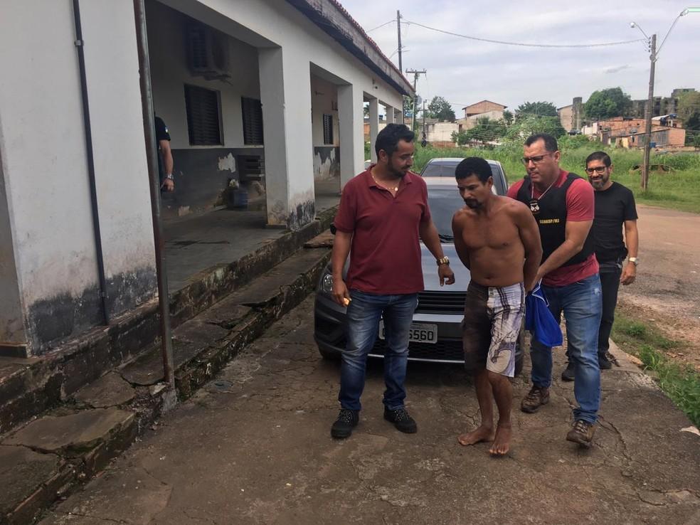 Suspeito chegou sob escolta em Porto Velho — Foto: Mayara Subtil/G1