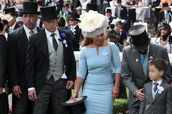 O segurança Russell Flowers (de cartola com um detalhe azul na lapela), logo atrás da princesa Haya (Foto: Getty)