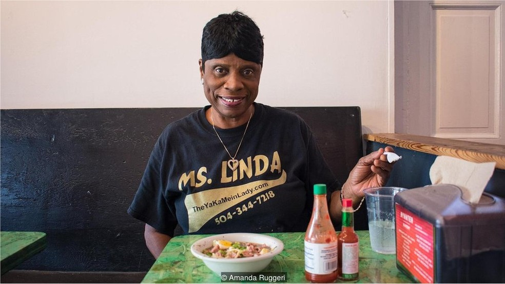 Carinhosamente conhecida como a 'Lady do Yakamein', Linda Green prepara o prato na parte de trás de sua pick-up em eventos (Foto: Amanda Ruggeri)