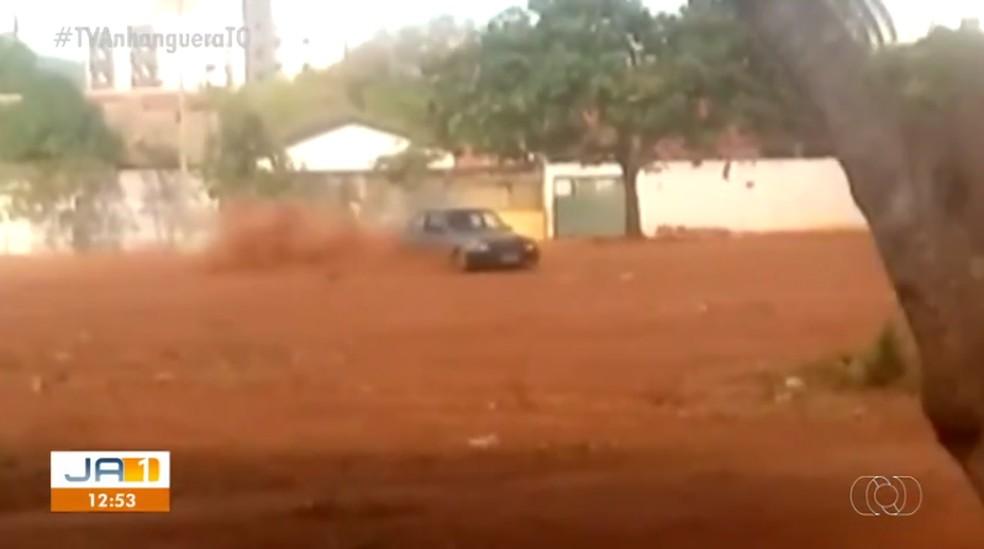 Carro fazendo manobras arriscadas em área de praça — Foto: Reprodução/TV Anhanguera