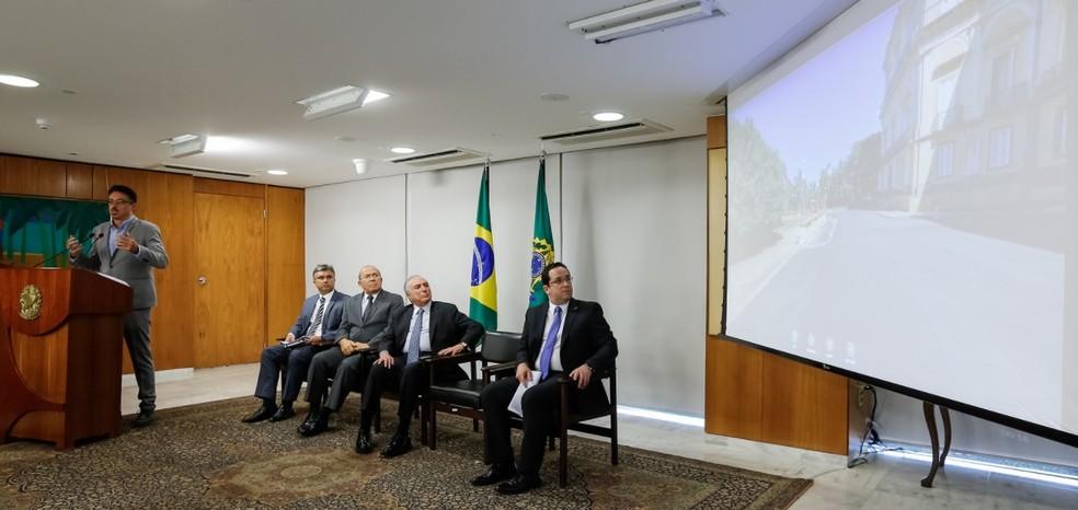 Ministro da Cultura, Sérgio Sá Leitão (à esq.), explica MPs assinadas pelo presidente Michel Temer — Foto: Cesar Itiberê/PR