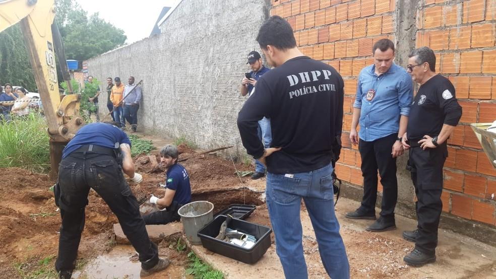 Escavações são feitas para a retirada dos restos mortais das vítimas — Foto: Polícia Civil-MT/ Assessoria
