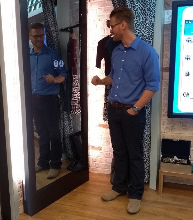 Jim Van Over mostra o espelho inteligente do PayPal (Foto: Época Negócios)
