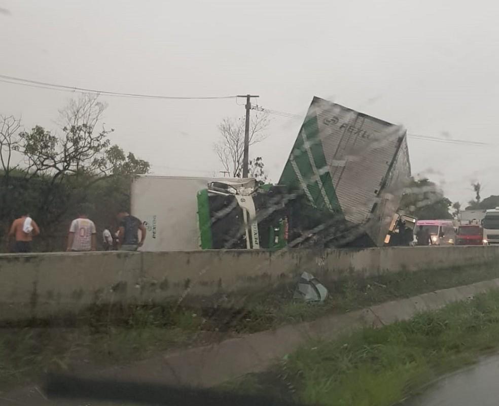 Acidente entre dois caminhões na BR-101, na Grande Natal — Foto: Redes sociais