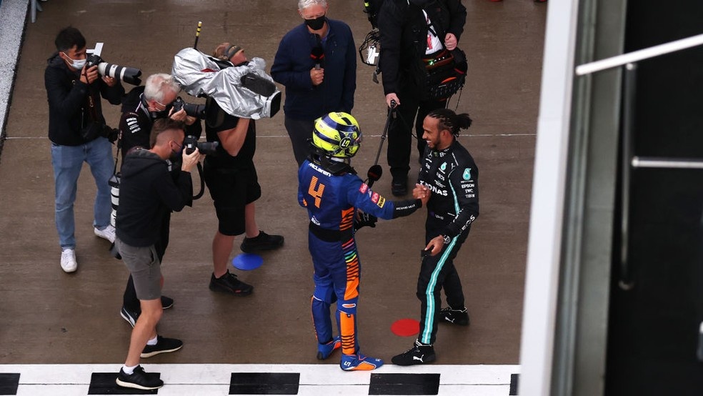 Lewis Hamilton cumprimenta Lando Norris após o GP da Rússia — Foto:  Lars Baron - Formula 1/Formula 1 via Getty Images