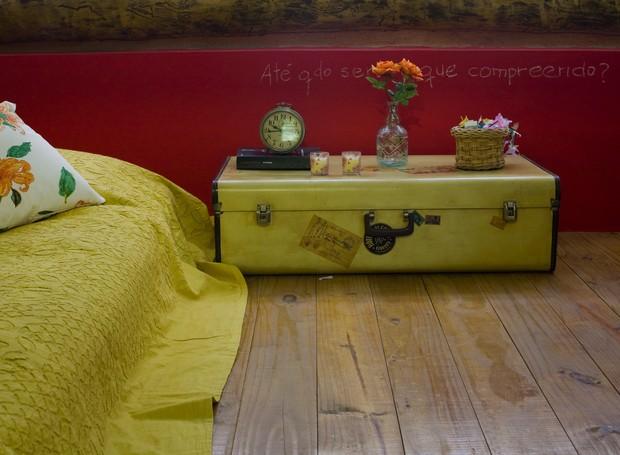 Criado-baú: como o colchão fica no chão, é possível utilizar um baú, que é uma peça rasteira, como criado-mudo (Foto: Arquivo / Casa e Jardim)