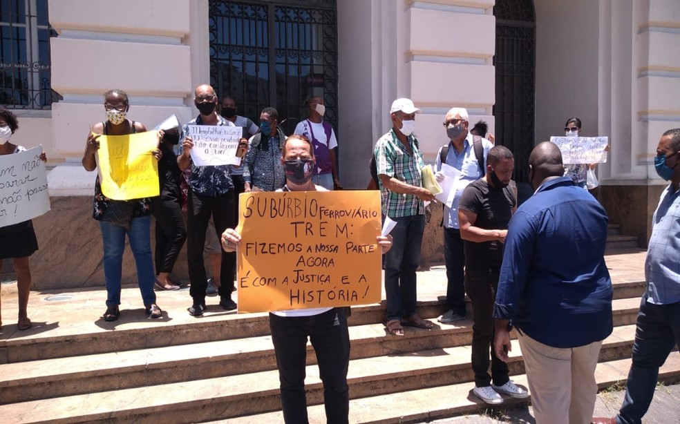 População reclama contra desapropriação de imóveis para construção do VLT no Subúrbio Ferroviário de Salvador — Foto: Redes Sociais