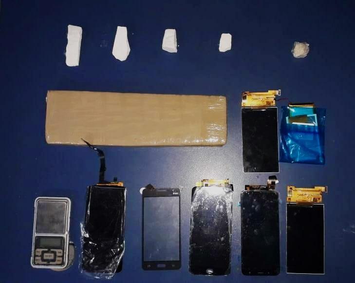 PM apreende tablete de maconha escondido em linha férrea e recupera peças roubadas de celulares em Montes Claros - Notícias - Plantão Diário