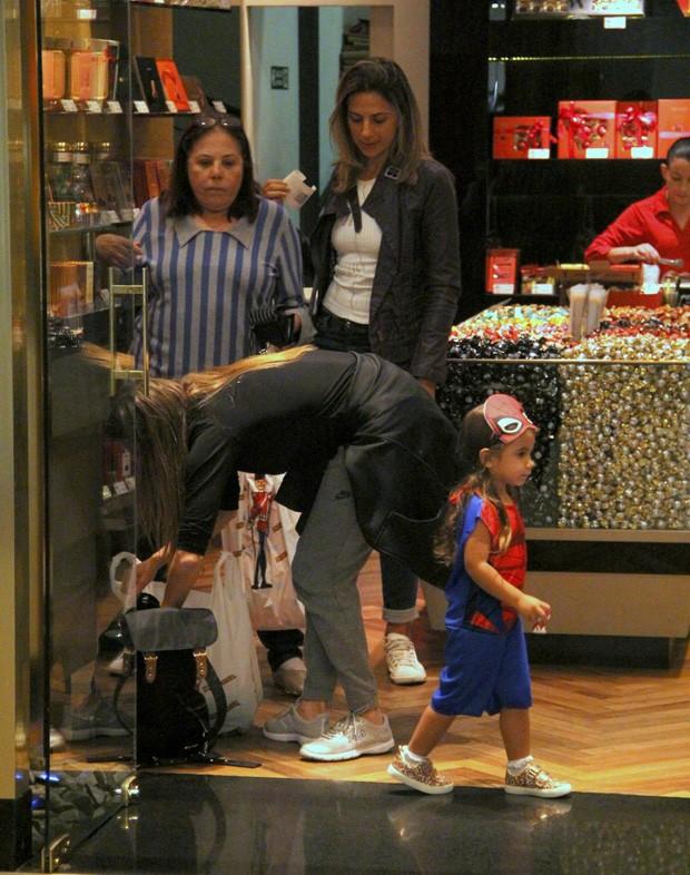 Deborah Secco vai às compras com Maria Flor e a mãe (Foto: J Humberto/AgNews)
