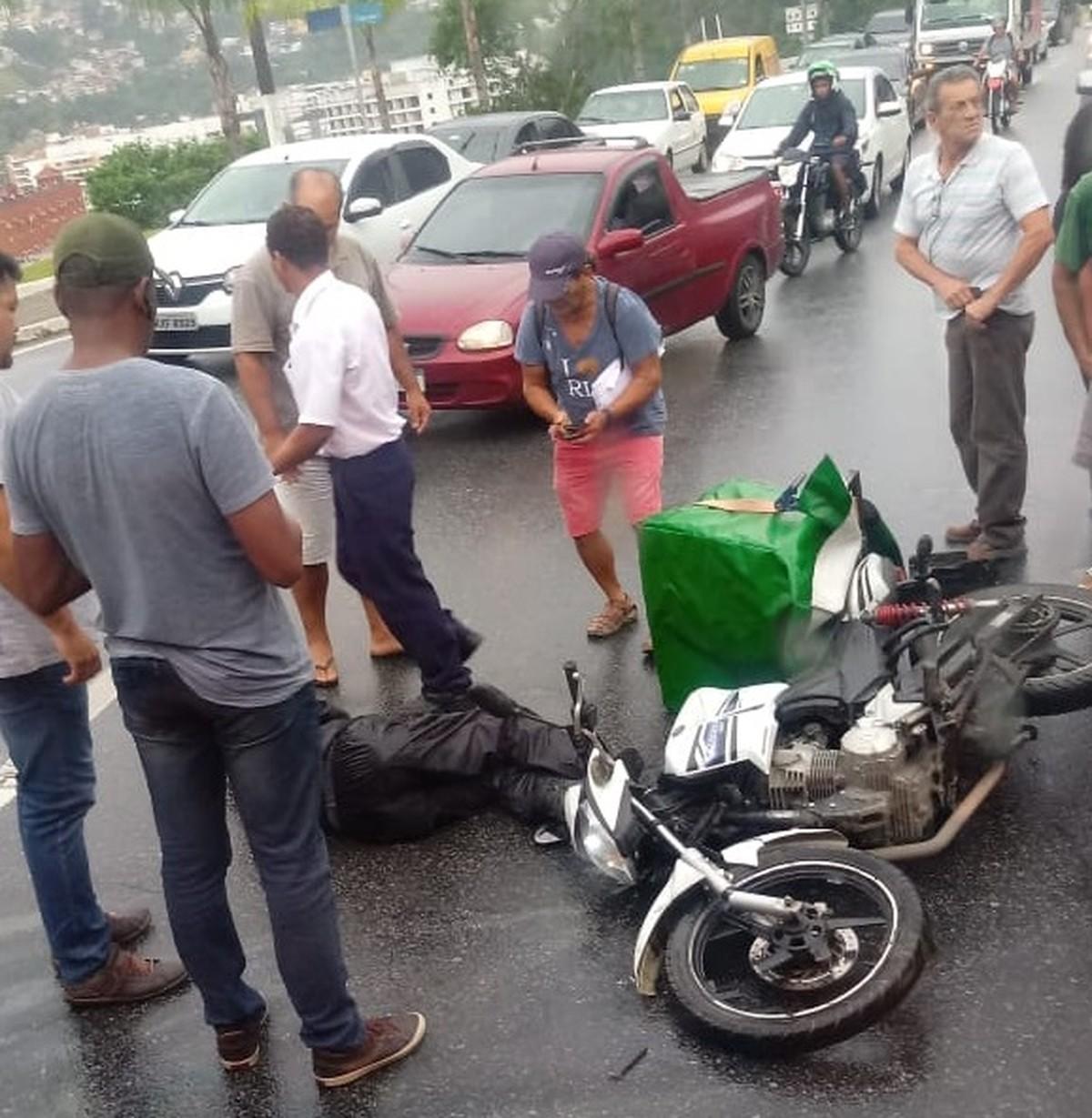 Motociclista fica ferido em acidente com ônibus em Angra dos Reis - G1