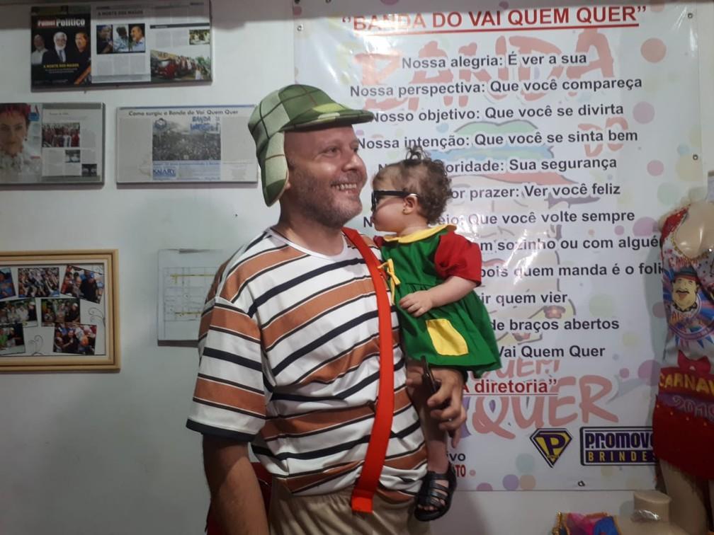 """""""Chaves e Chiquinha"""" na sede da Banda do Vai Quem Quer antes do bloco começar. — Foto: Ana Kézia Gomes/G1"""
