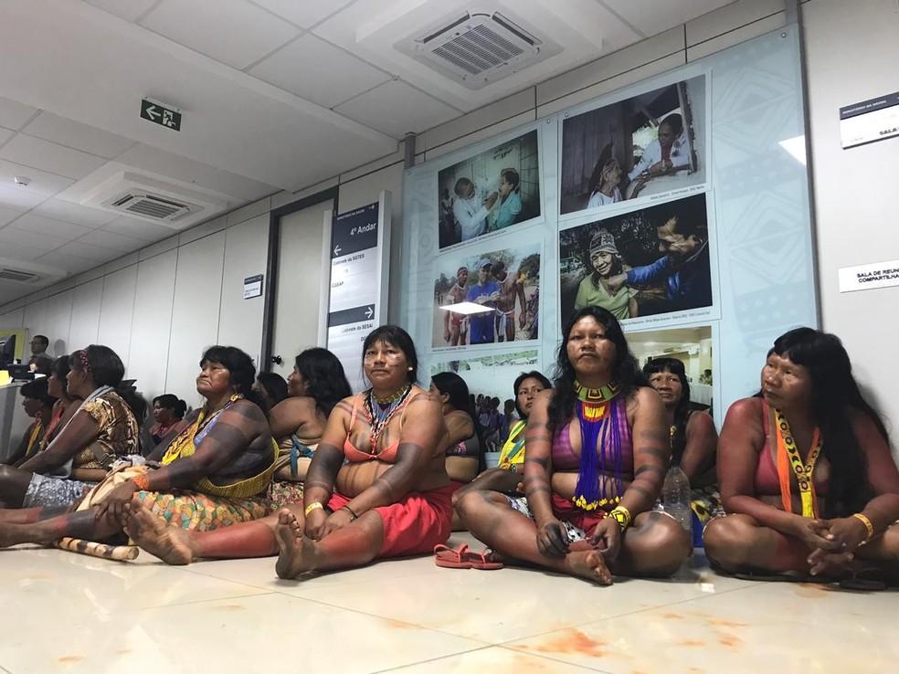 Indígenas no prédio da Secretaria Especial de Saúde Indígena (Sesai), em Brasília — Foto: Afonso Ferreira/TV Globo