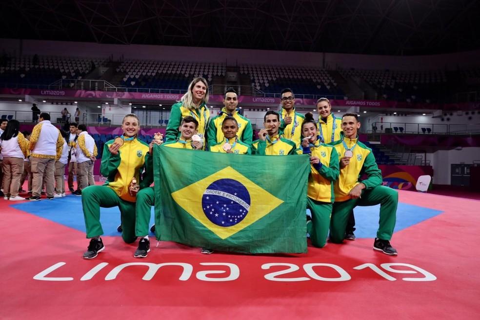 Equipe brasileira de taekwondo exibe as sete medalhas conquistas nos Jogos Pan-Americanos Lima 2019 — Foto: Renato Aoki | Além do Kiai