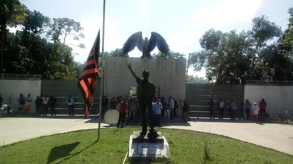 Funcionários do Flamengo baixaram a meio mastro a bandeira na entrada do CT — Foto: Cristina Boeckel/G1