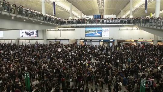 Milhares de manifestantes ocupam aeroporto de Hong Kong