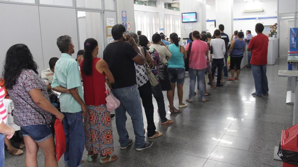 Longas filas se formaram nas agências do INSS no Piauí — Foto: Ellyo Teixeira / G1