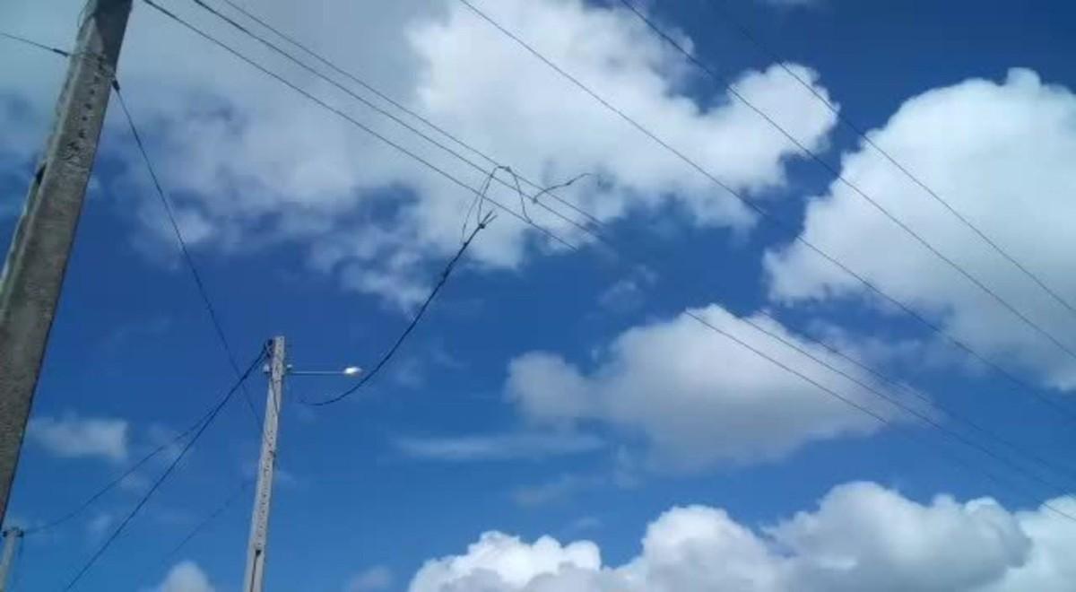 Cabo de alta tensão se rompe perto de escola em vila no interior do Cantá, RR