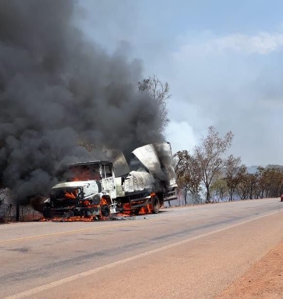 Caminhão fica destruído após pegar fogo na TO-040; incêndio atingiu vegetação - Notícias - Plantão Diário