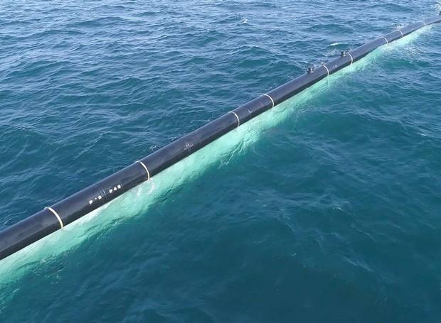 O tudo de 600 m tem vários compartimentos com luzes para ajudar na personalização e no aprimoramento  (Foto: The Ocean Cleanup/Divulgação)