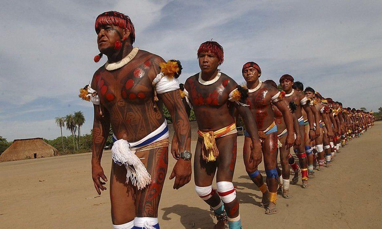 Indígenas enfileirados numa dança em sua aldeia (Foto: Marcello Casal Jr./Agência Brasil)