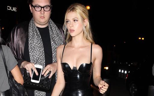 556d88643 Vestido de látex é febre graças a Nicola Peltz e as irmãs Kardashian -  Revista Glamour