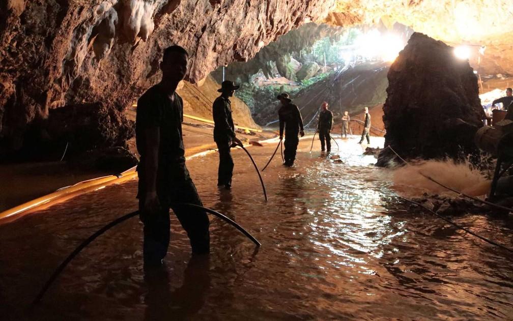 Soldados da Marinha Tailandesa na caverna inundada de Tham Luang, durante as operações de resgate dos 12 meninos e seu treinador de time de futebol (Foto: Divulgação / Marinha Tailandesa / via AFP Photo)
