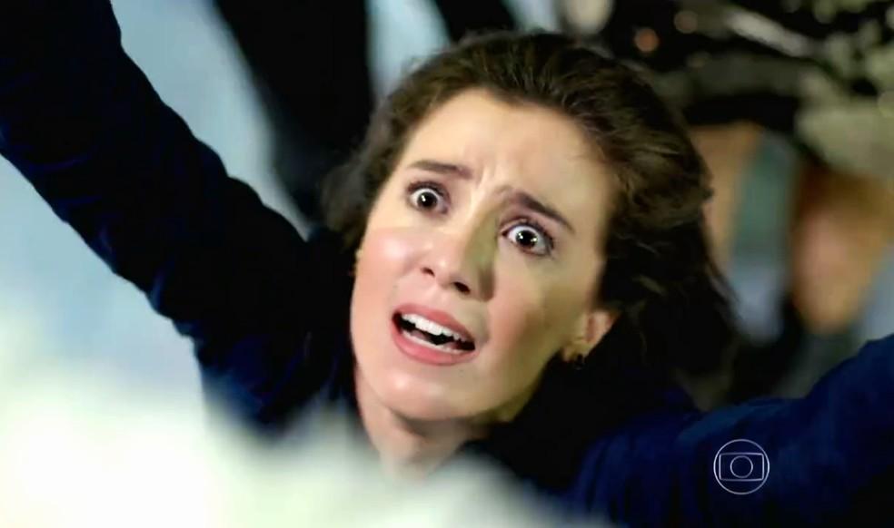 Cora (Marjorie Estiano) escala carro alegórico e diz a José Alfredo (Alexandre Nero) que alguém pretende matá-lo - 'Império' — Foto: Globo